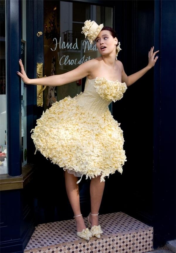 Thêm một cô dâu hảo ngọt nữa, lần này là váy làm từ socola trắng.