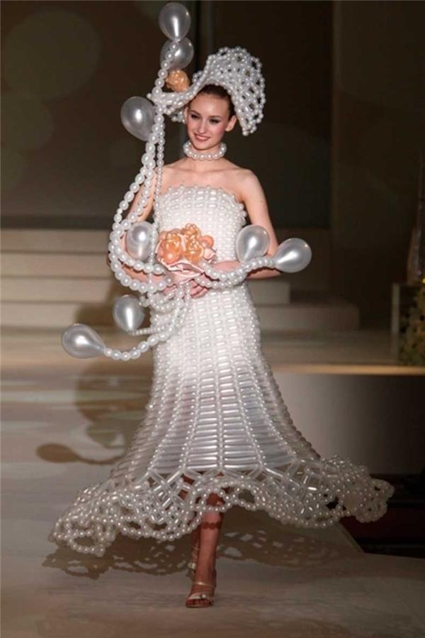 Váy bong bóng. Cấm thực khách mang vật nhọn tới lễ cưới.