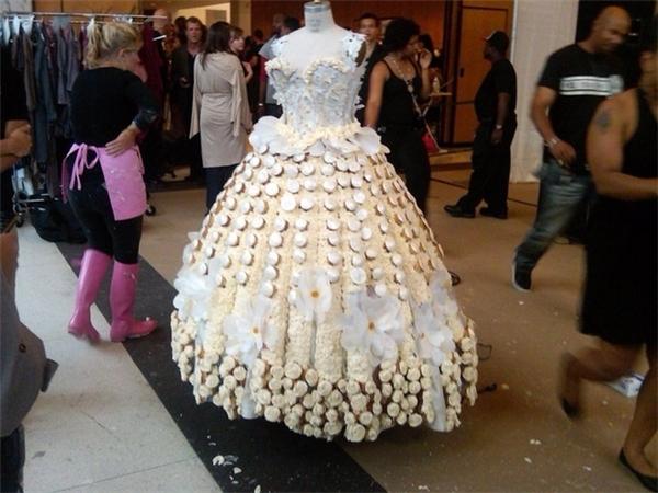 Chiếc váy này thì được đính kèm theo bánh cupcake.