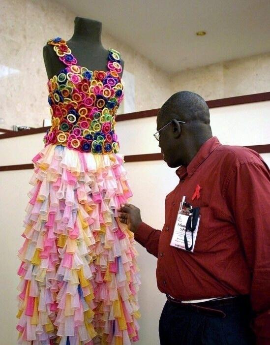 Chiếc váy này gắn hàng tá chiếc bao cao su rực rỡ sắc màu. Tuần trăng mật này khỏi lo vỡ kế hoạch nhé.