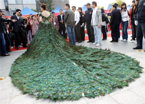 """Chiếc váy đính toàn lông công, có giá 1,5 triệu đô (hơn 33 tỷ đồng). Tất nhiên chỉ có những """"bà hoàng"""" con nhà quyền quý mới dám mặc bộ này."""