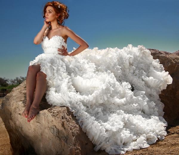 Chiếc váy này làm hoàn toàn từ giấy vệ sinh, dành cho những cô dâu có kinh phí eo hẹp, tất nhiên rồi.