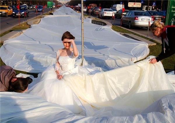 Với chiều dài gần 3.000m, chiếc váy này đang nắm giữ kỷ lục thế giới là váy cưới có đuôi váy dài nhất thế giới.