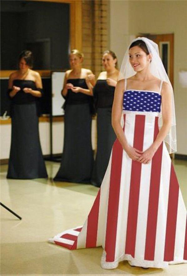 Váy cưới dành cho người yêu nước Mỹ. Chú rể mặc bộ vest có in những tờ đô la Mỹ nữa là thành cặp đôi hoàn hảo.
