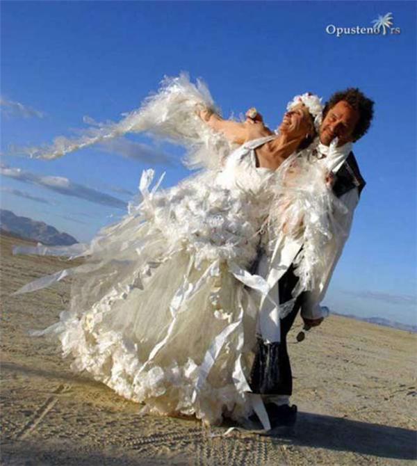 Váy cưới làm từ giẻ rách, dành cho những cô dâu thuộc phái Cái Bang.