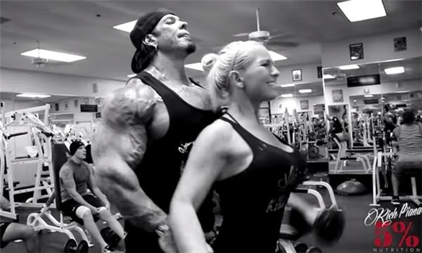 Cặp vợ chồng thường giành phần lớn thời gian để tập luyện cùng nhau tại phòng gym.