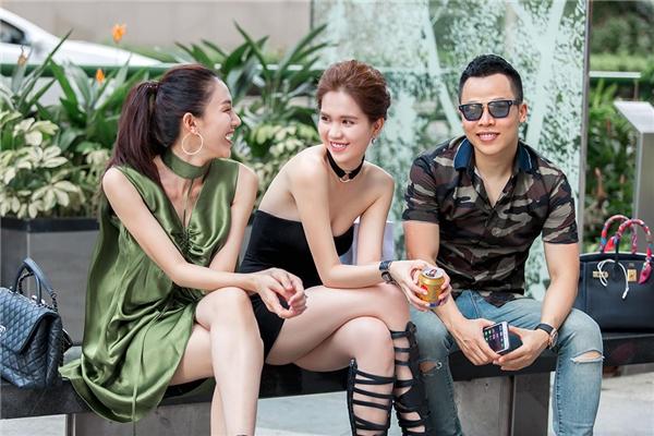 Hiện tại, ê-kíp của Khắc Tiệp đang có mặt tại Singapore và thực hiện những cảnh quay đầu tiên cho Đêm hội Chân dài 10.