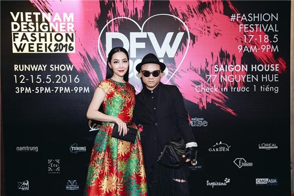 Trong đêm mở mànVDFW 2016, Linh Nga vinh dự nhận được giải thưởng Trang phục đẹp nhất.