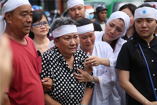 Hồng Ngọc khóc hết nước mắt tiễn đưa bố lần cuối - Tin sao Viet - Tin tuc sao Viet - Scandal sao Viet - Tin tuc cua Sao - Tin cua Sao