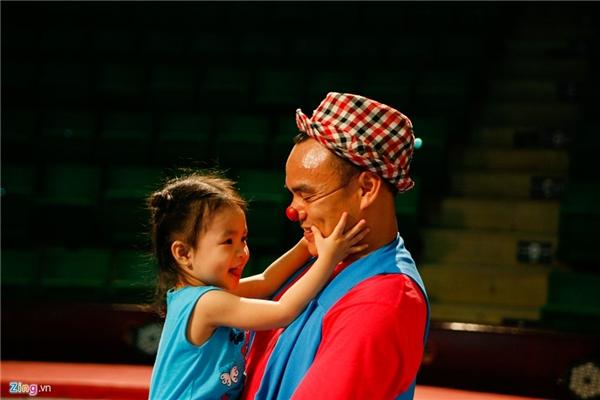 Anh Dương và con gái sau giờ diễn. Lần nào hai mẹ con cũng đến ủng hộ cho bố. Cô bé rất thích chiếc mũi đỏ của anh và đòi làm diễn viên xiếc.