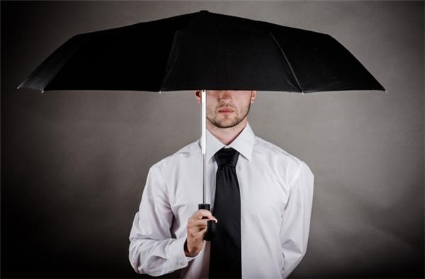 Không chỉ mang lại xui xẻo mà mở dù trong nhà rồi thì cửa nhà bạn có đủ rộng để vừa cầm dù vừa ra khỏi nhà không? (Ảnh: Internet)