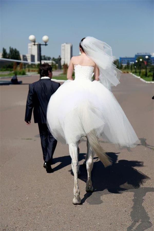 Cô dâu đang biến hình được một nửa.