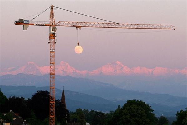 Có những lúc trăng lười, chỉ nằm ì một chỗ, phải nhờ cần cẩu kéo khắp bầu trời.