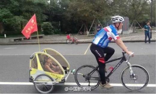 Đặt con ở sau xe kéo, bốđạp xe. (Ảnh: Internet)