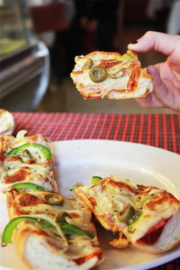 """Phiên bản pizza """"hiếm có khó tìm"""" này có giá 90.000 đồng/chiếc. (Ảnh: Internet)"""