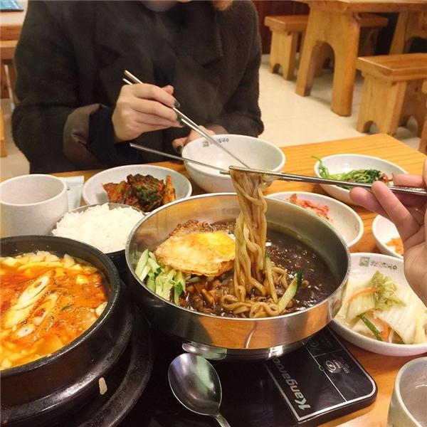 Ngoài ra ở đây còn rất nhiều món ăn Hàn Quốc khác như cơm trộn, mì trộn, thịt nướng... đều rất chất lượng và đáng thử nhé. (Ảnh: Internet)
