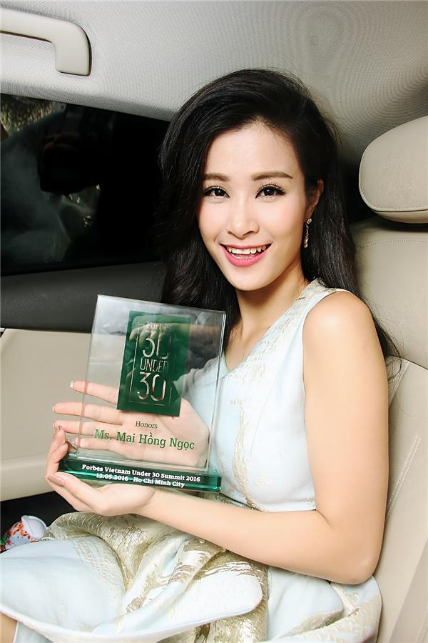 """Đông Nhihào hứngcho biết: """"30 Under 30 của Forbes Việt Nam là một danh sách có ý nghĩa rất lớn, nó ghi nhận những nỗ lực, đóng góp tích cực của người trẻ ở mọi lĩnh vực khác nhau dành cho xã hội. Tôi thật sự cảm thấy vinh dự và hạnh phúc khi được lọt vào danh sách này cũng như được xướng tên trong đêm vinh danh cùng với những bạn trẻ tài năng khác. Tất nhiên, Đông Nhi sẽ tiếp tục lao động và làm việc nghiêm túc, hết mình trên con đường nghệ thuật để xứng đáng với những tình cảm yêu quý và sự tin tưởng mà mọi người dành cho mình"""". - Tin sao Viet - Tin tuc sao Viet - Scandal sao Viet - Tin tuc cua Sao - Tin cua Sao"""