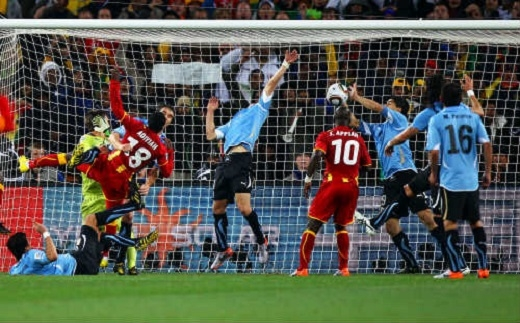 Vào đúng phút cuối cùng của hiệp phụ thứ hai, trong trận tứ kết World Cup 2010giữa Uruguay và Ghana, Luis Suarez đã dùng tay để cản phá một bàn thắng mười mươi của đối phương ngay trên vạch vôi. Mặc dù ngay sau đó, tiền đạo này đã phải nhận thẻ đỏ và Ghana được hưởng một quả penalty nhưng Asamoah Gyan đã không thể dứt điểm thành công vì áp lực quá lớn. Cuối cùng, đại diện của Châu Phi bị loại khi thất bại 2-4 trước Uruguay trên chấm luân lưu.