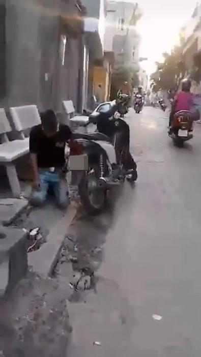 Chàng trai bị bạn gái bắt quỳ trên đường phố vì liếc nhìn một cô gái lạ. (Ảnh: Chụp từ clip)