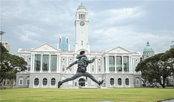 Hầu hết các cảnh quay trong MV Bước đến bên em(Step to you)đều được thực hiện tại đảo quốc sư tử Singapore với kiến trúc hiện đại, đa dạng nhằm khai thác những góc máy mới lạ. - Tin sao Viet - Tin tuc sao Viet - Scandal sao Viet - Tin tuc cua Sao - Tin cua Sao