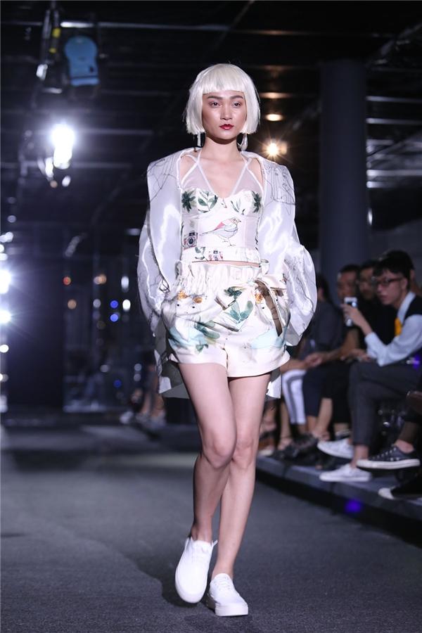 Người mẫu Thùy Trang giữ vai trò chốt show cho nhà thiết kế đến từ thủ đô Hà Nội. Cô diện bộ trang phục mang phong cách thời trang váy ngủ với tông màu nhẹ nhàng kết hợp họa tiết hoa lá.