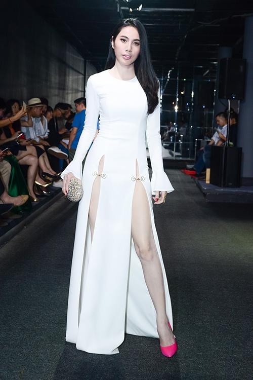 Tối qua (14/5), Thủy Tiên xuất hiện trên thảm đỏ Tuần lễ Thời trang Nhà thiết kế Việt Nam 2016 với vẻ ngoài quyến rũ, gợi cảm. Nữ ca sĩ diện bộ váy có tông trắng thanh tao, nhẹ nhàng. Thiết kế tạo điểm nhấn với đường xẻ sâu hun hút ở phía trước.