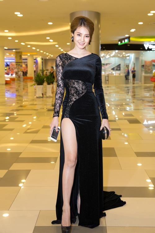 Bên cạnh đường xẻ bạo, bộ váy của Linh Chi còn tạo ấn tượng mạnh với chất liệu ren xuyên thấu.