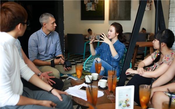 Bên cạnh thời gian ở lớp, Angela Phương Trinh còn chủ động hẹn gặp các bạn học và giáo viên để nâng cao khả năng nghe, nói. - Tin sao Viet - Tin tuc sao Viet - Scandal sao Viet - Tin tuc cua Sao - Tin cua Sao