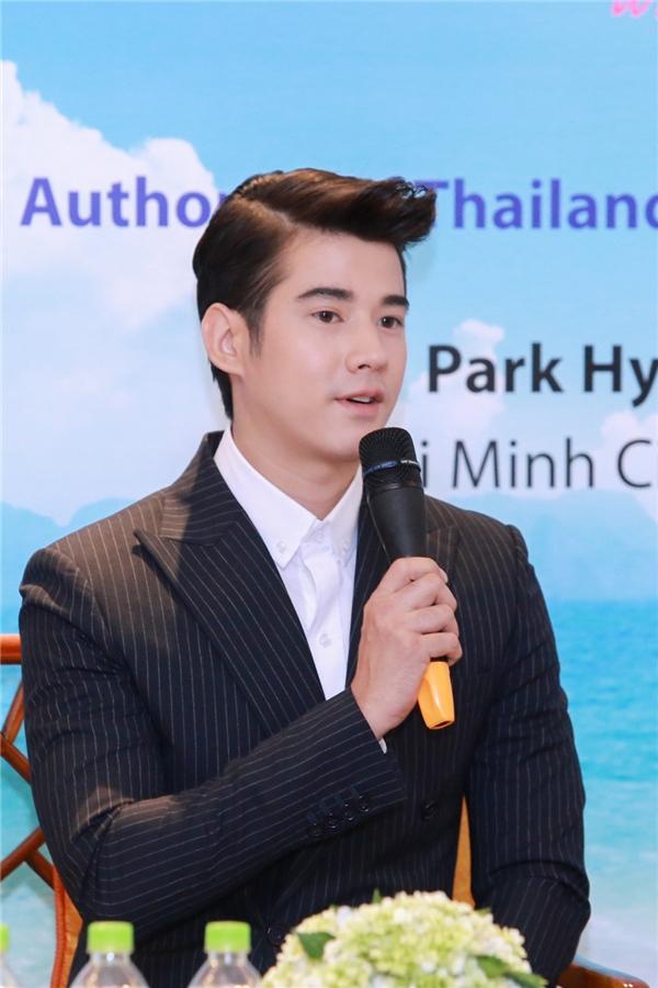 Anh vui vẻ trả lời các câu hỏi của giới truyền thông Việt Nam.