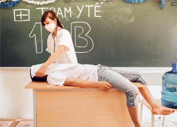 Đây là một bộ ảnh đang bị nhiều người lên án nhất trong thời gian qua. Việc đưa những bạn học sinh vào đóng vai y tá, bác sĩ hay nạn nhân bị trùm khăn trắng lên mặt giả chết vốn luôn là điều kiêng kị. Ấy vậy mà, các bạn trẻ này vẫn vô tư chụp mà không cần suy nghĩ. (Ảnh:Internet)
