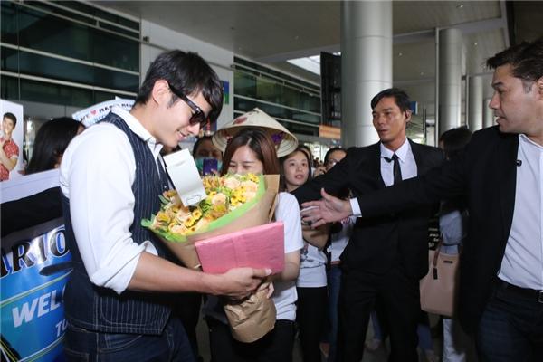 Nam diễn viên cười hạnh phúc khi nhận hoa từ người hâm mộ. - Tin sao Viet - Tin tuc sao Viet - Scandal sao Viet - Tin tuc cua Sao - Tin cua Sao