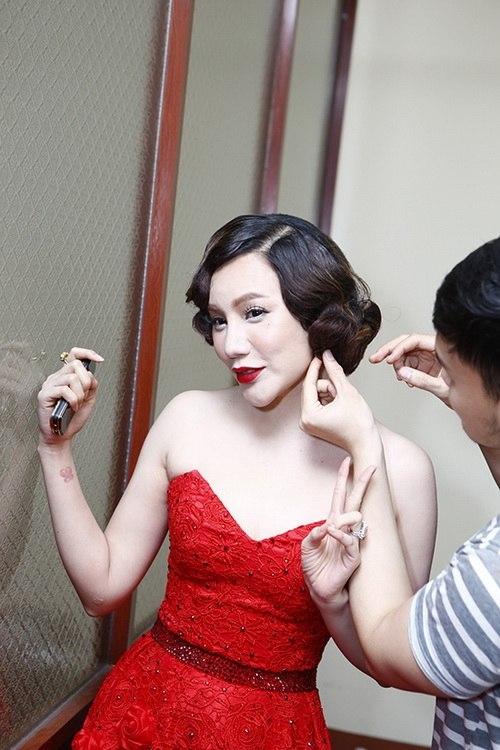 """Hồ Quỳnh Hương """"bị hại"""" với lớp phấn nền trắng như phấn bảng. Đôi môi đỏ tươi càng làm tăng thêm sự tương phản rõ rệt."""
