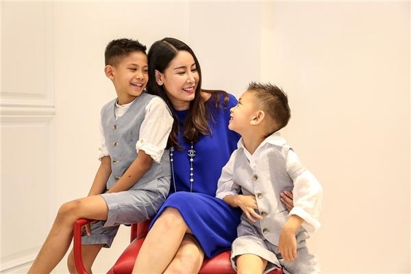 Hà Kiều Anh và 2 con trai: Huỳnh Vương Khang (8 tuổi, trái) và Huỳnh Vương Khôi (5 tuổi, phải)
