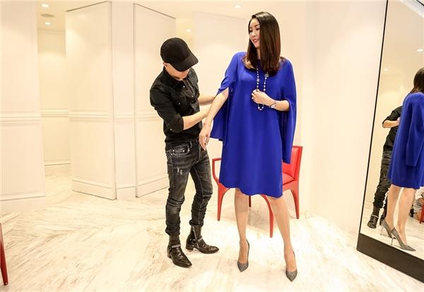 Trước khi tham dự đêm chốt màn VDFW 2016 này, Hà Kiều Anh dành thời gian đến showroom của nhà thiết kế Đỗ Mạnh Cường để thử trang phục.
