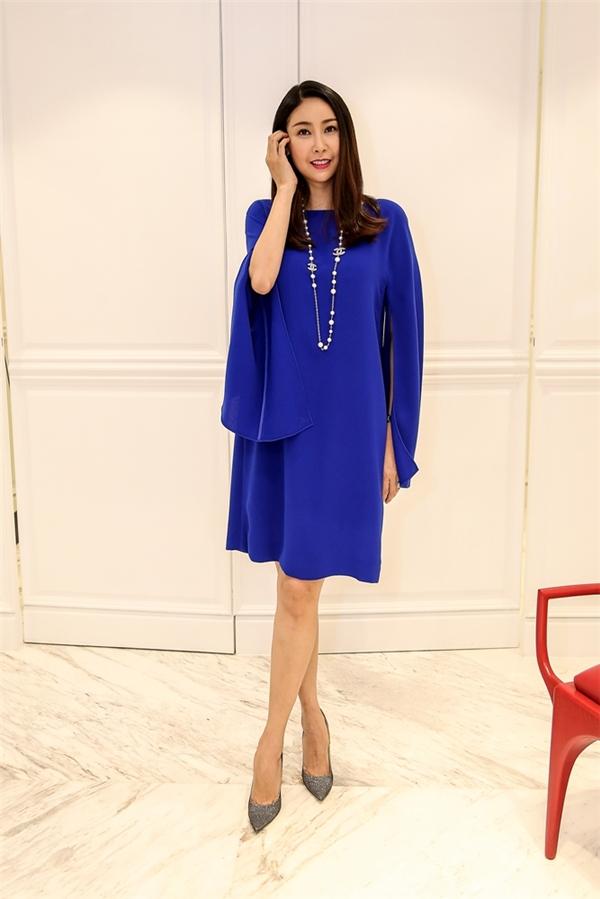Hoa hậu Việt Nam 1992 diện bộ váy giấu đường cong với sắc xanh cobant trẻ trung, tươi tắn. Thiết kế tạo điểm nhấn với phần tay cape xẻ. Trong những năm qua, Hà Kiều Anh cũng chính là một trong những tên tuổi gắn bóvới Đỗ Mạnh Cường. Số lượng trang phục cô sở hữu từ nhà thiết kế họ Đỗ gần như không thể tính được.