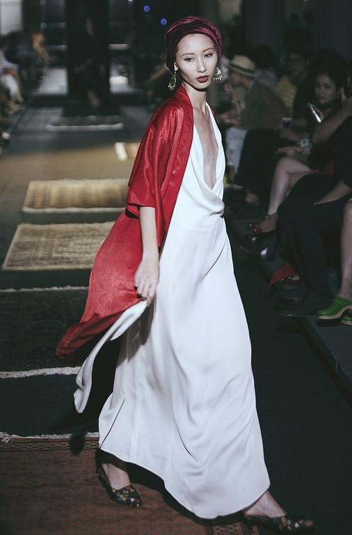 Khán giả trố mắt khi người mẫu nam giả nữ trình diễn catwalk