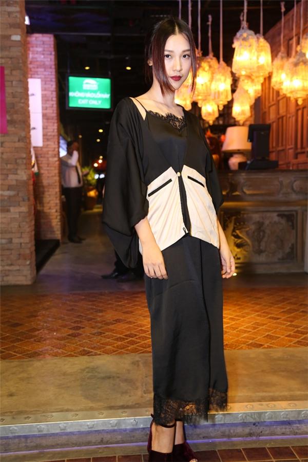 Á hậu Hoàng Oanh gợi cảm với phong cách thời trang váy ngủ. Thiết kế kết hợp nhiều chất liệu mềm mại, nhẹ nhàng.