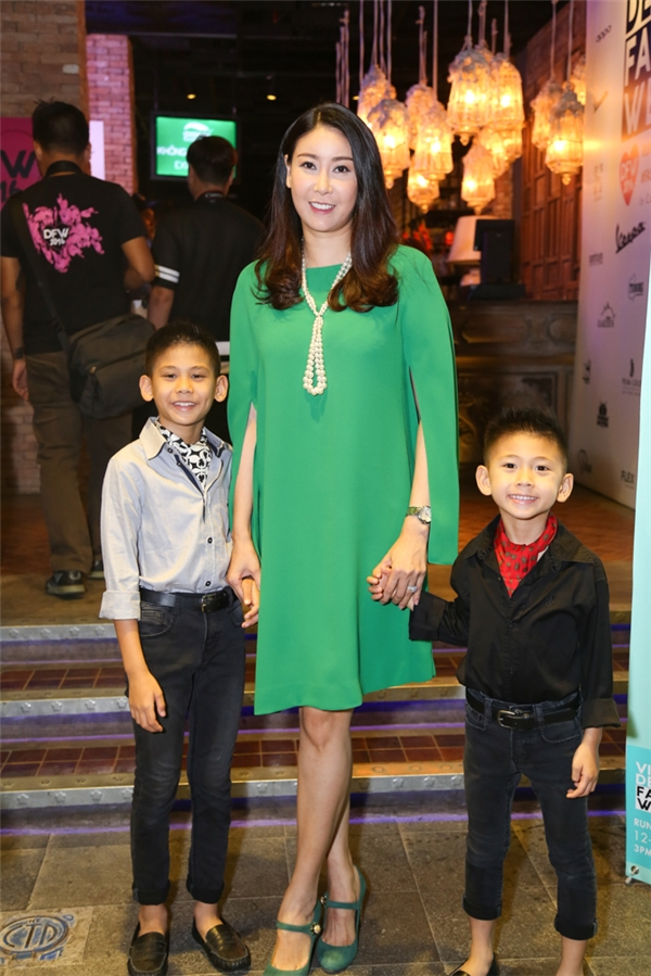 Hoa hậu Hà Kiều Anh dẫn hai con trai tham dự sự kiện. Đặc biệt, 2 nhóc tì này tham gia trình diễn bộ sưu tập chốt màn của VDFW 2016.