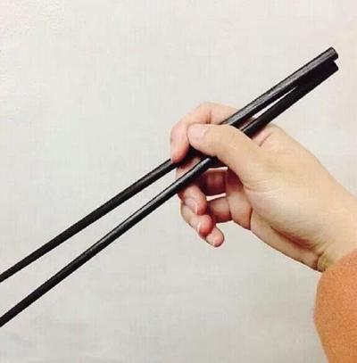 Cách cầm cổ điển: Ngón tay cái, ngón trỏ được đặt ở phía trên, ngón đeo nhẫn và ngón giữa đỡ phía dưới.