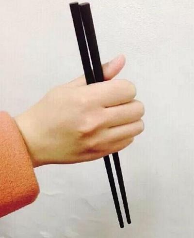 Cách cầm nắm tay: Các ngón tay khum lại, hướng đũa xuống phía dưới gần như một góc vuông với mặt bàn.