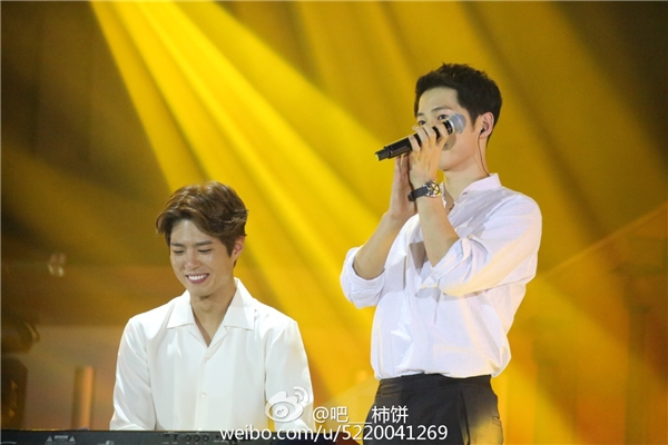 Khách mời trong đêm họp fan vừa qua chính là cậu em thân thiết cùng công ty của Song Joong Ki, Park Bo Gum. Ngôi sao Reply 1988 không chỉ đệm đàn cho đàn anh hát mà còn cả hai còn cùng song ca ca khúc A Little Girl.