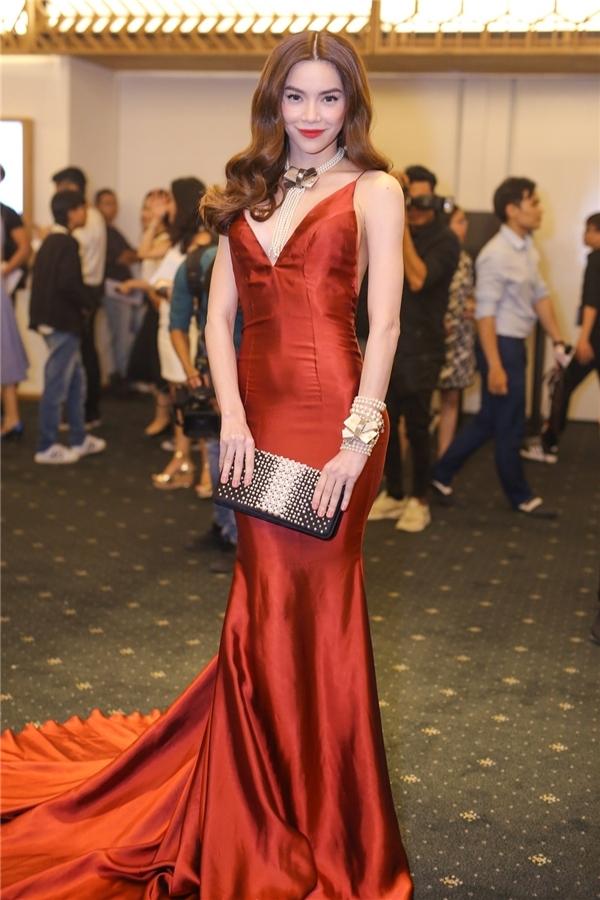 Trên thảm đỏ thời trang danh giá trước đó, Hồ Ngọc Hà ghi điểm tuyệt đối với bộ váy đỏ ôm sát khoe đường cong của nhà thiết kế Lý Quí Khánh. Bà mẹ một con kết hợp trang phục cùng loạt vòng cổ, vòng tay ngọc trai sang trọng, quý phái.