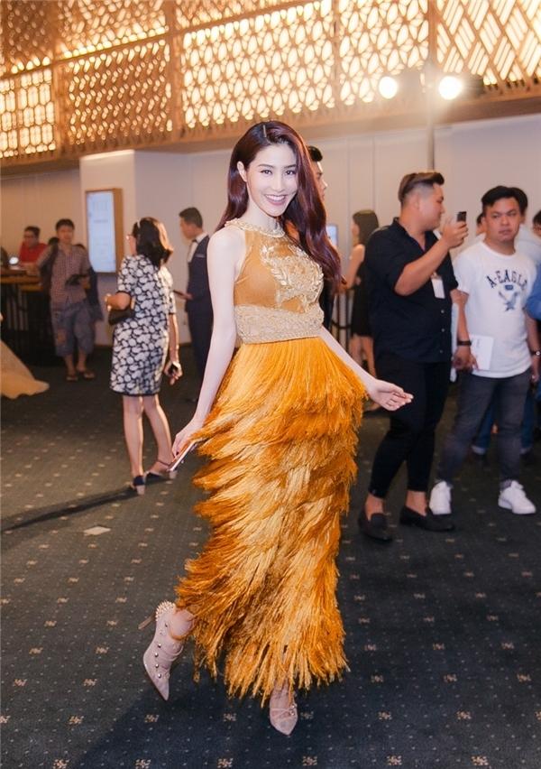 Cùng tham dự đêm tiệc Elle Style Award 2016 với Hồ Ngọc Hà, Diễm My trở thành tâm điểm của mọi ánh nhìn khi diện bộ váy tua rua với sắc vàng cam ngọt ngào, ấm áp. Đây là thiết kế nằm trong bộ sưu tập mới nhất lấy ý tưởng từ cây lúa của nhà thiết kế Nguyễn Công Trí.