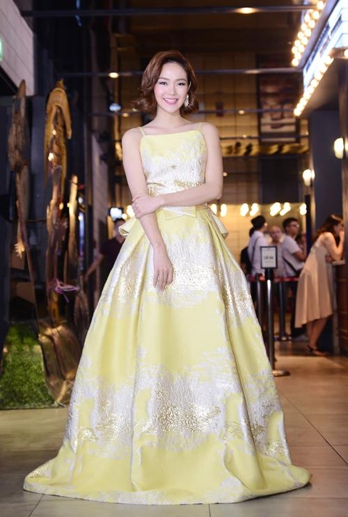 Minh Hằng lộng lẫy, kiêu sa với sắc vàng chanh ngọt lịm kết hợp chi tiết ánh nhũ nằm trong bộ sưu tập Xuân - Hè 2016 của Phương My.