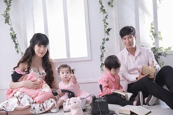 Dù sở hữu khối tài sản đồ sộ nhưng vợ chồng Minh Hà vẫn giữ vững quan điểm nuôi con bằng sữa mẹ trong khoảng thời gian quan trọng nhất của đứa trẻ. - Tin sao Viet - Tin tuc sao Viet - Scandal sao Viet - Tin tuc cua Sao - Tin cua Sao