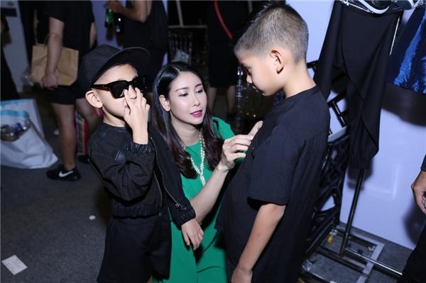 Hoa hậu Việt Nam 1992 chỉnh sửa trang phục kĩ lưỡng cho hai cậu con trai trước giờ lên sàn diễn.
