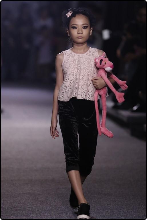 Subeo cười toe toét khi được Hồ Ngọc Hà dẫn đi xem thời trang