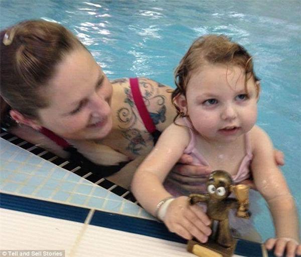 Hi hữu bé gái 2 tuổi không thể lăn, đi, bò lại bơi được như cá