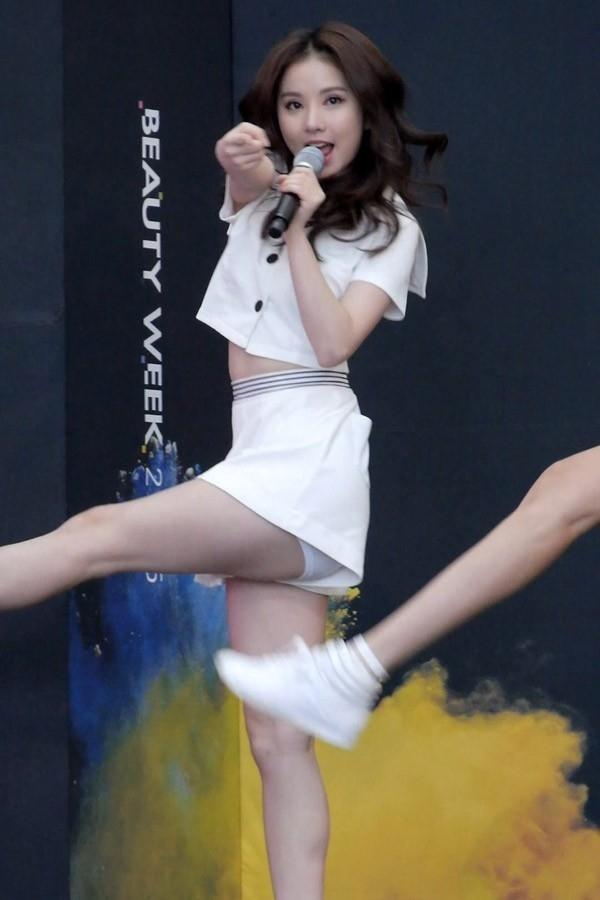 Chiếc quần thun giúp G-Friend tự tin thể hiện vũ đạo.