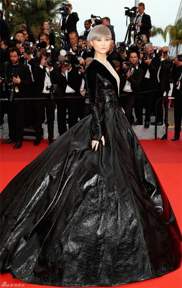 Mặc dù chi khoảng 58 tỉ cho trang phục và phụ kiện để xuất hiện trên thảm đỏ Cannes 2016 nhưng Lý Vũ Xuân lại mất điểm hoàn toàn. Bộ váy của cô được nhiều người ví von với những chiếc túi rác khổng lồ.